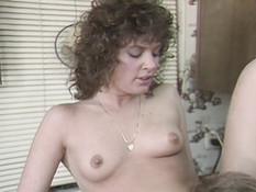 Кудрявая дама ебётся с любовником на кухне и получает сперму на лицо