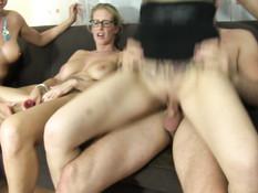 Три сисястые немецкие блондинки ебутся с мужиком на встрече свингеров