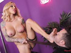 Татуированная сиськастая госпожа дрочит пенис у послушного секс раба