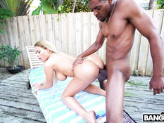 Мулат оттрахал во дворе жопастую белую девчонку с огромными дойками