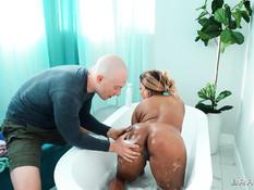 Молодая пышная мулатка с большой обвисшей грудью отпердолена в ванне