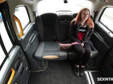 Рыжеволосая девчонка оттрахана таксистом в письку на заднем сиденье