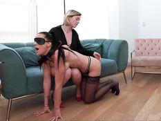 Светловолосая молодая госпожа ебёт страпоном в анал грудастую рабыню