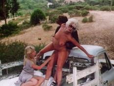 Две горячие блондинки оттраханы мужчиной в киски в кузове грузовичка