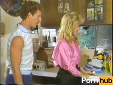 Светловолосая девка в сетчатых чулках ебётся с усатым парнем на кухне