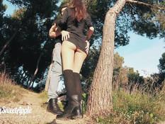 Девка с каштановыми волосами делает минет и ебётся с парнем в парке