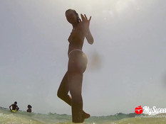 Подружка с косой привезла парня на нудистский пляж и занялась сексом